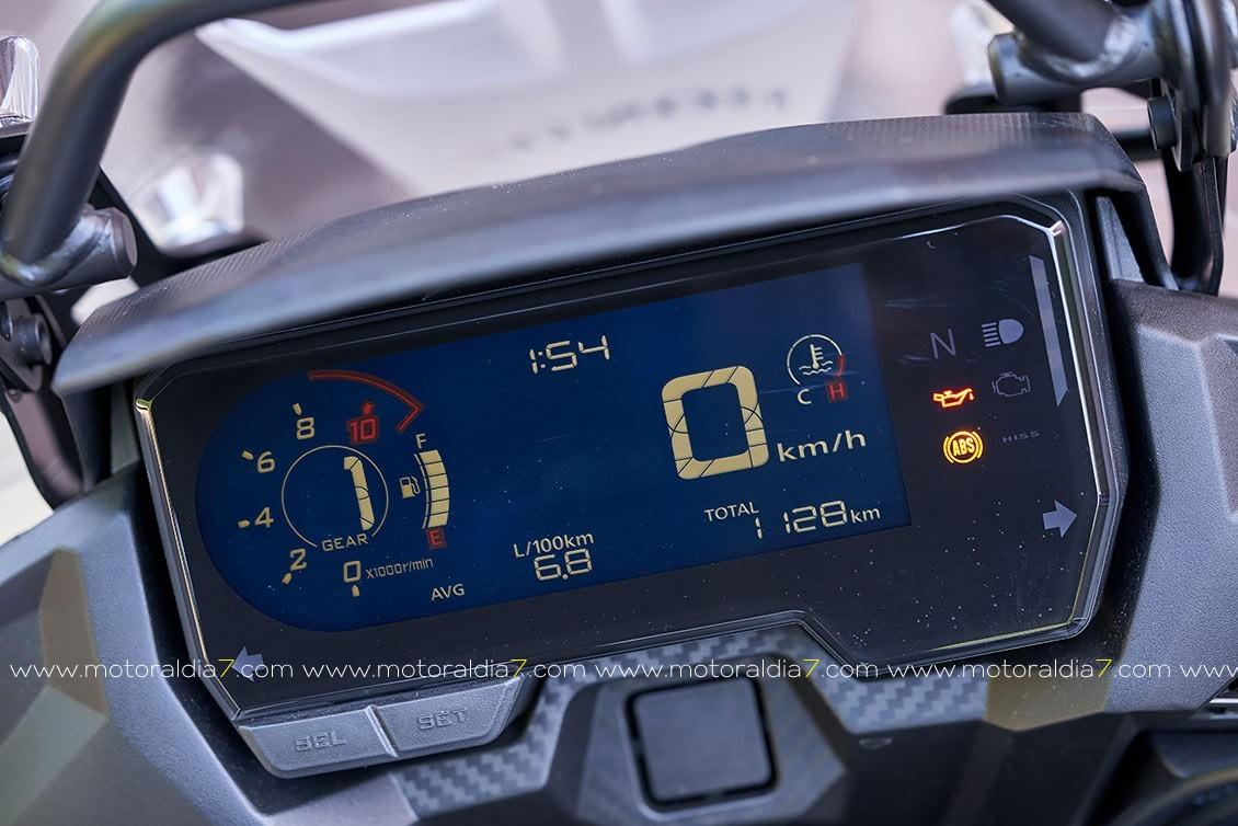 Instrumentación: Velocímetro digital, tacómetro de barras digital, dos contadores parciales, reloj digital de nivel de gasolina y de consumo de gasolina, reloj horario digital, indicador de posición del cambio